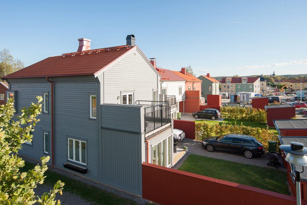 Trädängen med stadsvillor och parhus i centrala Mariefred, väl anpassade i stil, skala och färgsättning till den äldre bebyggelsen (2016-2017)